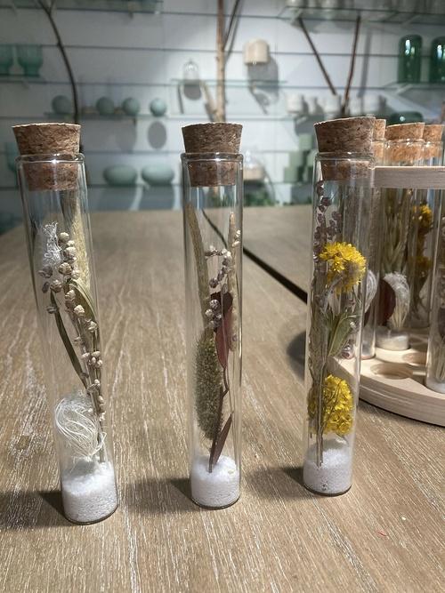 Fiole en verreFleurs séchées